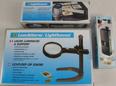 Leuchtturm – Illuminated magnifying glass on stand + LED magnifying glass (8x) + mini microscope (60 – 100 x)