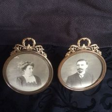 1 pair of round frames with their garlands, early 20th century