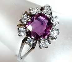 Ring made of 14 kt / 585 white gold with 0.25 ct Brilliant cut diamonds and a ruby weighing approx. 0.80 ct