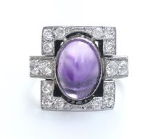 Art Deco ring in 18 kt gold and platinum, central bright 2.6 ct cabochon amethyst surrounded by 0.8 ct of H/VS diamonds