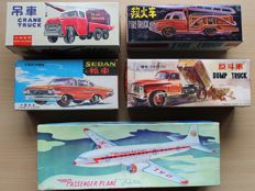 STF, China - Length 14-25 cm - Lot with 4 tin friction Vehicles and 1 Airplane from Red China: MF774 Crane Truck, MF163 Fire Truck, MF973 Dumptruck, MF998 Sedan, MF104 Passenger Plane, 60/70s