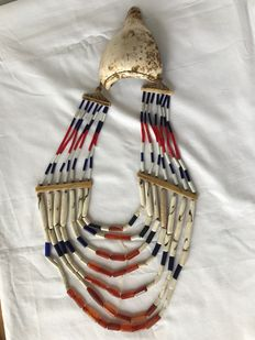 Necklace with Neckornament of Trumpet Shell and 7 Rows of Beads - Naga (Angami) - Nagaland (Noord-Oost India)