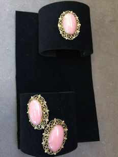 18 kt gold set with filigree and speckled coral