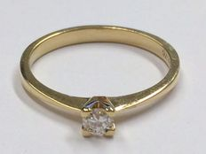 Yellow, 14 kt gold, solitaire ring with 0.15 ct, Top Wesselton diamond, ring size 17.1 mm.