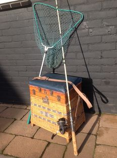 Old thatched fishing case with contents and old rod, plus scoop net from approx. the 1950s/60s.