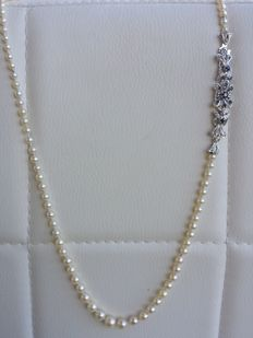 Necklace made of pearls measuring between 4 mm and 7.8 mm, with a yellow gold clasp with 0.50 ct sapphires.