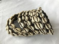 Bracelet	with Cowrie shells on a Bamboo Band with 14 Windings -	Naga (Konyak) - Nagaland (Noord-Oost India)