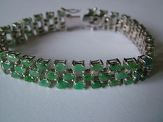Silver bracelet set with natural emerald