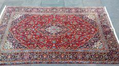 Kashan (shad sar), extra-fine. Persian rug (207 x 131 cm) signed by the craftsman.