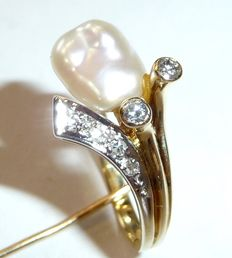 14 kt / 585 gold ring with Keshi pearl and diamonds with a creative design