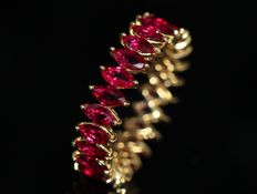 18 kt gold eternity ring set with natural rubies of 3.47 ct