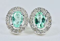 18k White gold earrings of 36 diamonds and oval emeralds of 0.98 ct in total,  10.25 x 8.65 mm.