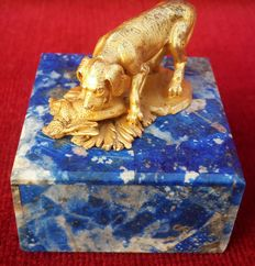 Miniature sculpture in gold plated silver, signed and marked 800, English Pointer hunting, with base in lapis lazuli with inside in white jade, England - 19th century