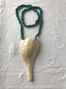 Necklace with Fish Breast ornament of Trumpet Shell and with Blue Glass Beads  - Naga (Manipur)  - Nagaland (Noord-Oost India)
