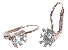 18 kt white gold ear jewellery set with blue topaz and 0.08 ct brilliant cut diamond -18 x 6 mm