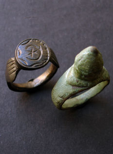Roman Bronze Legionnaire's Ring with a Star within a Crescent Moon and a punch-ring - 18 / 19 mm (2x)