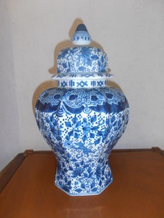 Tichelaar Makkum - Large lidded pot/vase in Chinese Kangxi style