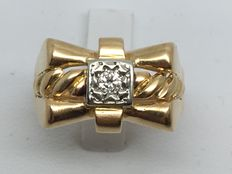 Signet ring set with a 0.10 ct diamond - 18 kt gold