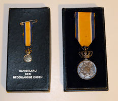 Honour medals 'Orde van Oranje-Nassau ' Complete set with large and small Royal Medal of distinction.  Silver in original box