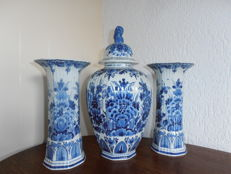 Porceleyne Fles - Cabinet set, covered jar with 2 vases.