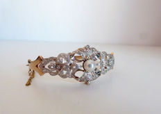 Bracelet or cuff made of 18 kt gold with natural diamonds and pearl in the centre; vintage