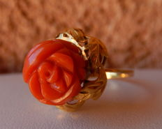 18 kt gold ring with button of natural coral sculpted into a rose.