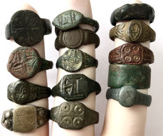 Collection of 14 decorated Ancient Roman and Medieval bronze rings - 18mm / 23mm (14)