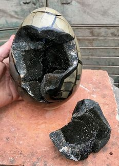 """Septarian egg, with """"lid"""" - 19.5 x 14 cm - 4.76 kg"""