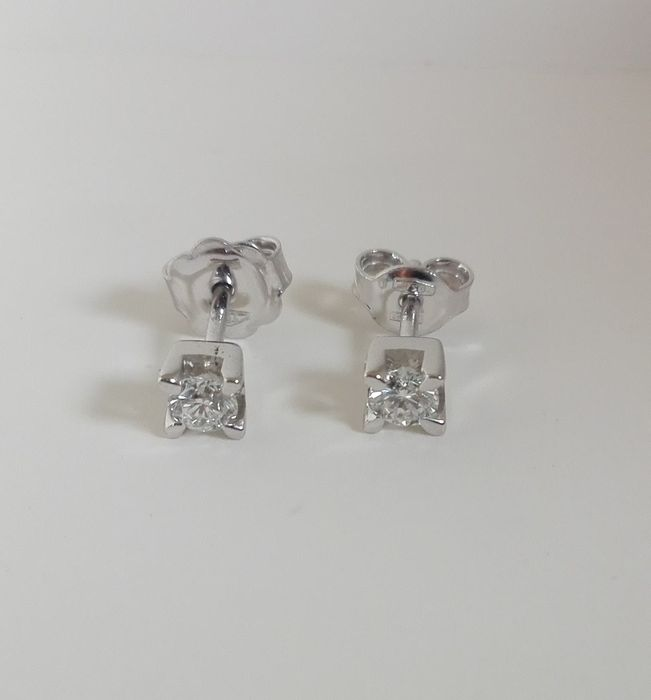 Solitaire point of light earrings in 18 kt gold with 0.62 ct diamonds, F/VVS