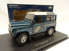 Universal Hobbies - Scale 1/18 - Land Rover Defender 90 Station Wagon - Colour: Green with white