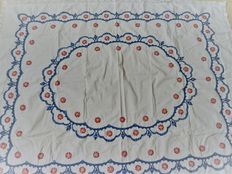 Vintage rectangular tablecloth in cotton, hand embroidered, wool yarn with floral pattern and lined with cotton lace