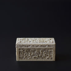 A Canton ivory box and cover - China - 19th century