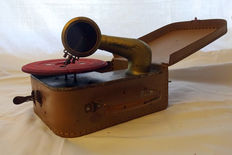 Portable children's gramophone, adjustable speed, around 1930