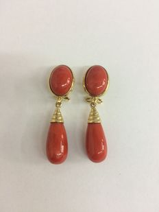 Earrings in 18 kt gold with red coral posts and pendants