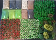 Noch e.a H0 - Scenery, 250 piece set with trees, plants / shrubs and 10 bags of litter.