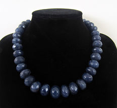 Faceted sapphire necklace – Approx. 530 ct