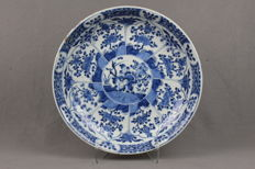 Large dish with a décor of flowers and plants – China – 18th century (Kangxi 1661-1722).