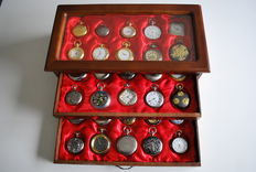 Timepieces - fine collection of 30 various pocket watches Hachette in luxury display case and documentation folder