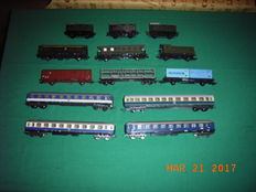 Trix/Roco/Lima H0 - 13 passenger- and freight carriages, mostly of the DB