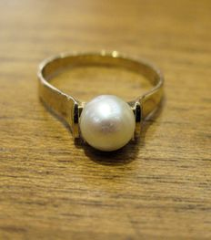 Ring in 18 kt yellow gold with a Japanese pearl measuring 6.9 mm in diameter