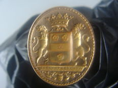 Signature coat of arms in solid rose gold, 18 kt, manually engraved by a heraldic engraver