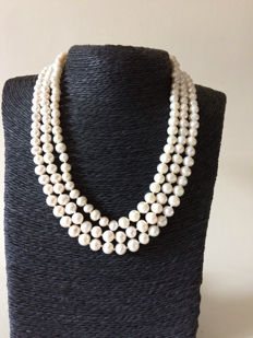 Set: Necklace, bracelet and earrings of cultured pearls