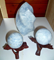 "Unique set of Blue Calcite - twin spheres with hardwood stands, and sculpted ""Flame""- 57, 54mm and 150 x 90mm - 2,2kg  (3)"