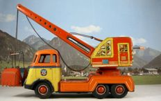 Arnold/Fuchs, US zone Germany - Length 27 cm - Tin DAF six - stripes  /tandem - axle chassis with crane, 1950s