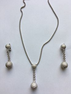 Necklace with earrings in white gold with brilliants, total set with 9.46 ct in total. Pendant 3.16 ct, F, VVS, brilliant cut.  Earrings 6.30 ct, F, VVS, brilliant cut.