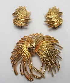 Signed MONET - Demi Parure - Brooch and earrings 1960s Gold Tone Set Mint