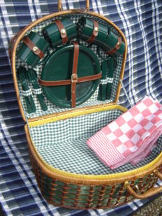 Reed picnic basket for classic/vintage car - 4 persons - with red farmer checkered kitchen cloth - Second half 20th century