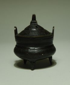 Bronze tripod incense burner, marked – China – 2nd half 20th century
