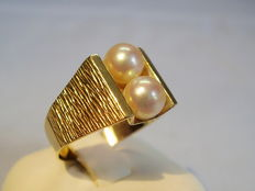 Gold ring with genuine white Akoya pearls