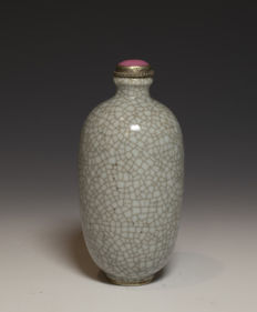 Beautiful porcelain Guan type glazed snuff bottle - China - 19th century